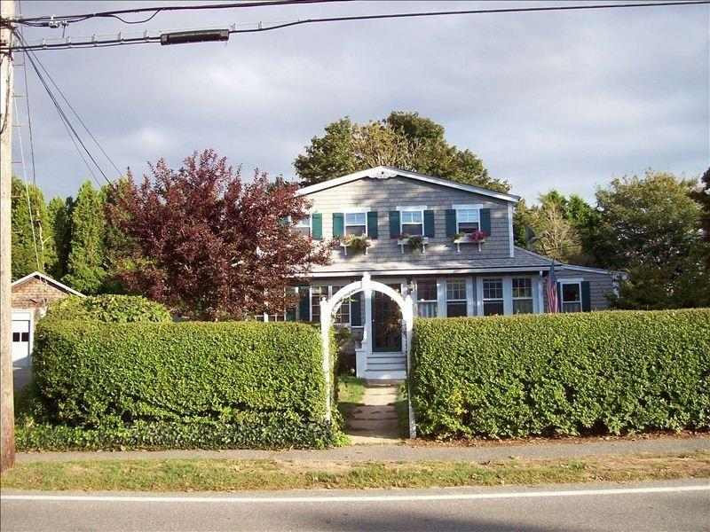 Charming Cape Home/Walk to Beach, holiday rental in Woods Hole