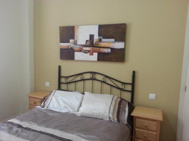 Dormitorio matrimonio con armario empotrado y tv.