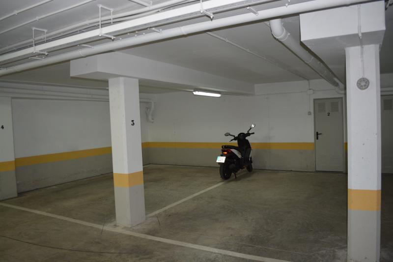 Dos plazas de garaje grandes a disposición de los inquilinos.