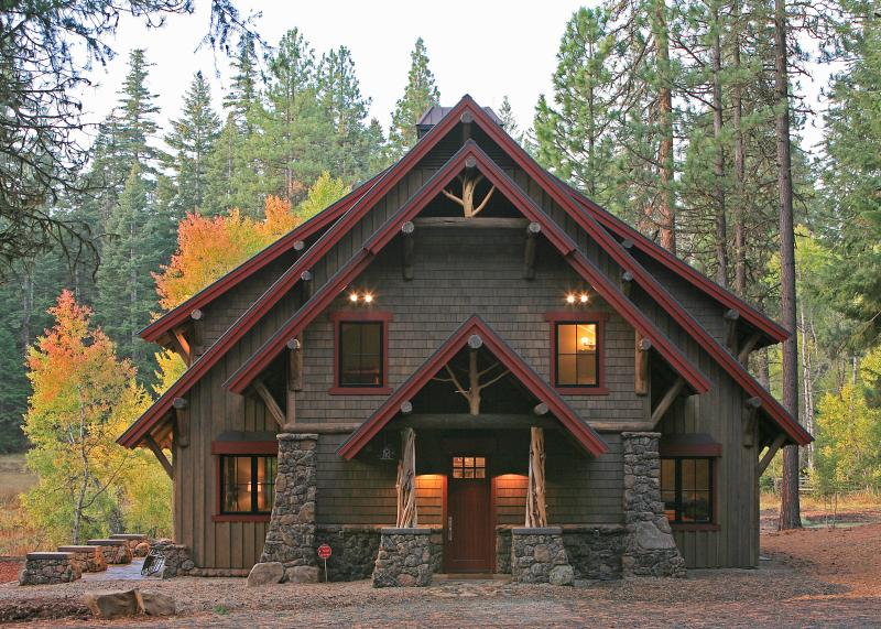 Ashland Lodge w/ Lake Views, Patio & 5 Mtn Bikes!, holiday rental in Ashland