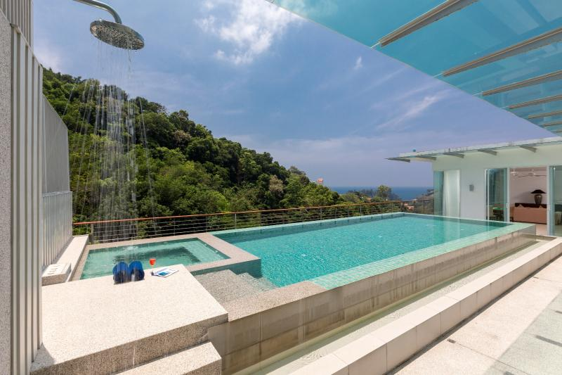 Pool with sea-view and outdoor shower