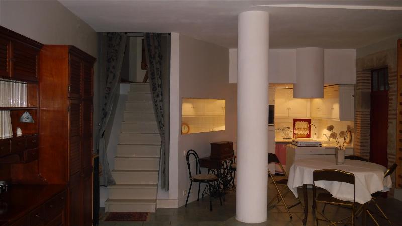 Rez-de-chaussée, coin cuisine et kitchenette. Le cabinet de toilette se trouve sous l'escalier.