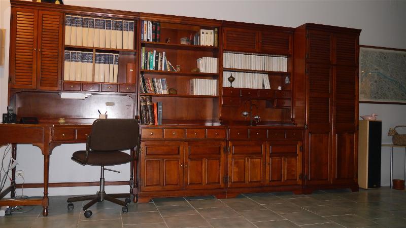 Au rez-de chaussée, le bureau bibliothèque. WI FI.