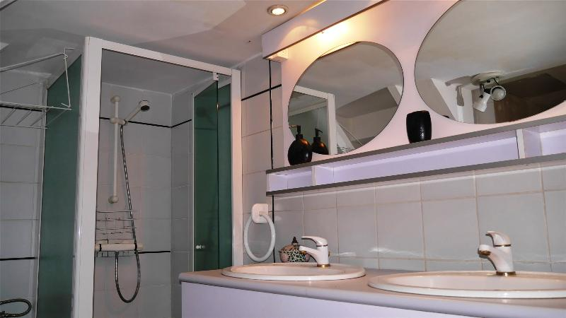 Le cabinet de toilette au rez-de-chaussée. Un W.C. est présent.