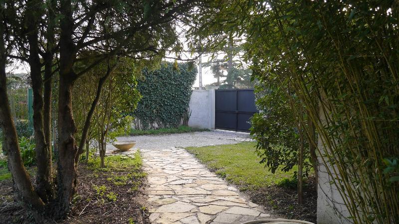 La vue sur le portail et le parking privé.