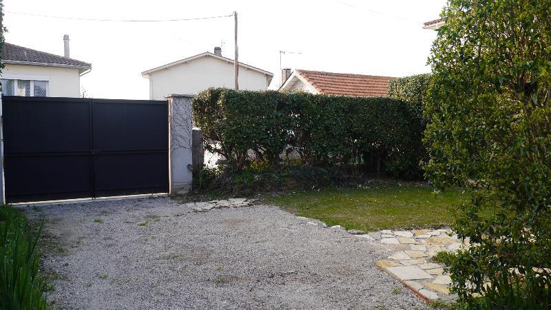 Le coin jardin avec son salon et sa plancha (voir future photo !).