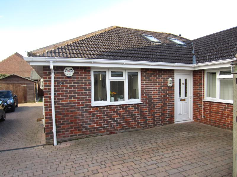 Modern two double bedroom bungalow with lovely kitchen/dining room and private garden with deck area