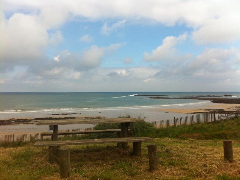 la plage des sables blancs à une centaine de mètres de la maison