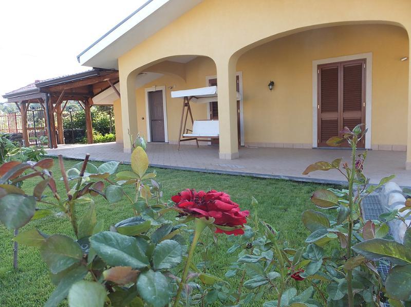 AL CASTAGNETO camera in villa per due persone, alquiler de vacaciones en Sant'Alfio