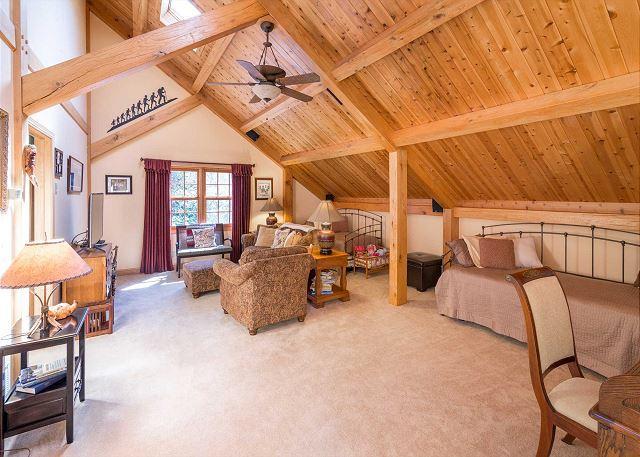 Área de estar no andar superior com 2 camas de rodízio