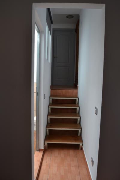 escaleras con acceso a la habitacion principal y escaleras para la 2ª planta