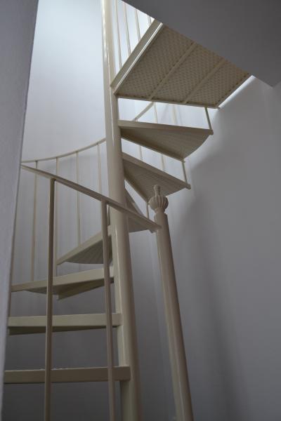 escalera de caracol amplia para subida a segunda planta