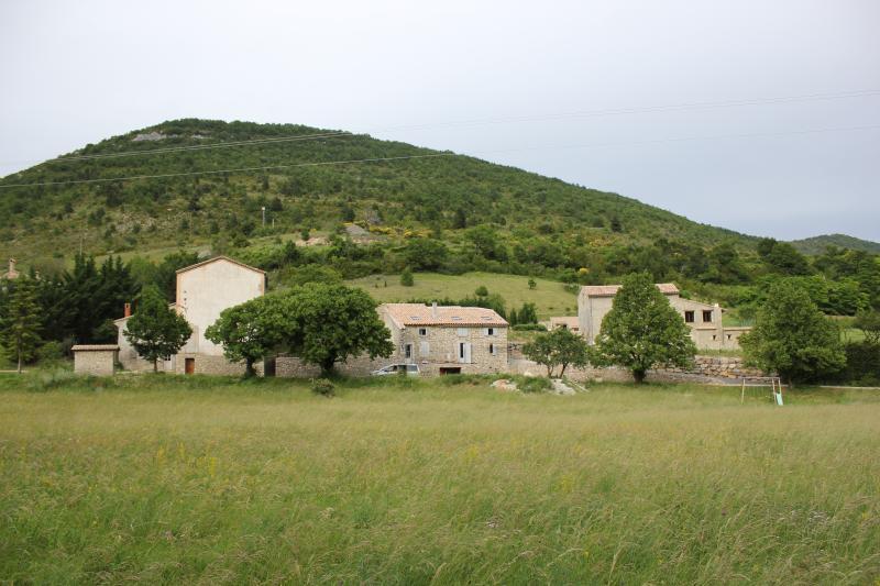 Maison authentique en Drome provençale, aluguéis de temporada em Sahune