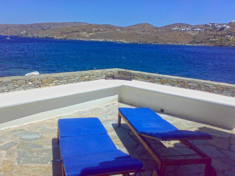 Amazing Veranda with View Kithnos Villa, location de vacances à Dryopida