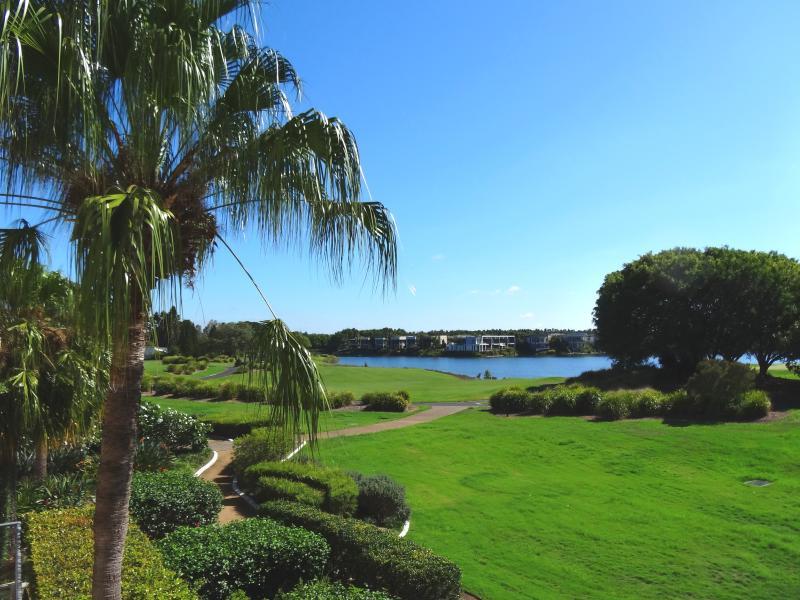 Waterfront Hope Island Villa - Overlooking the Golf Course