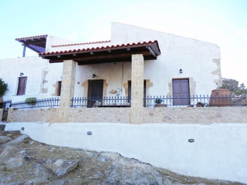 Traditional stone-built architecture, location de vacances à Ravdoucha