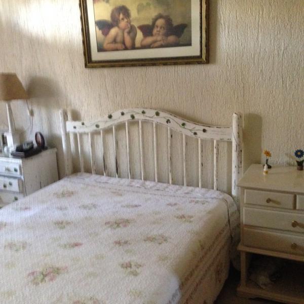 Quarto 1 com TV de tela plana , ar condicionado e cama de casal e guarda -roupa