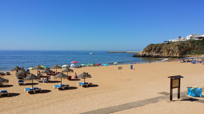 La spiaggia di Albufeira è alcuni minuti a piedi da casa.
