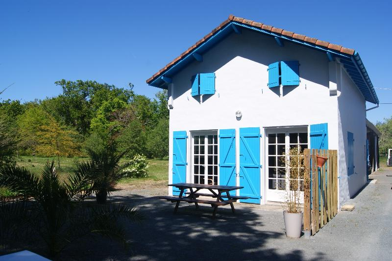 Charming house at lake Azur, location de vacances à Azur