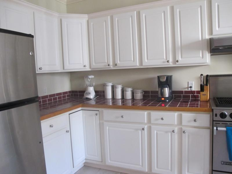 Fully equipped kitchen, complete with a lobster pot!