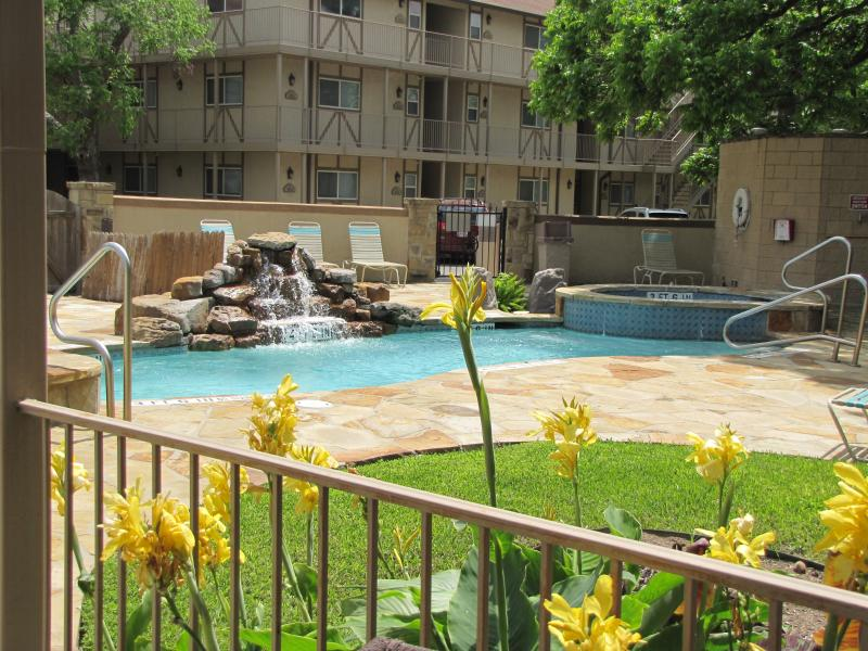 TEXAS POOLSIDE PARADISE CONDO.....4 HOT TUBS, 2 POOLS, CLOSE TO SCHLITTERBAHN!, location de vacances à New Braunfels