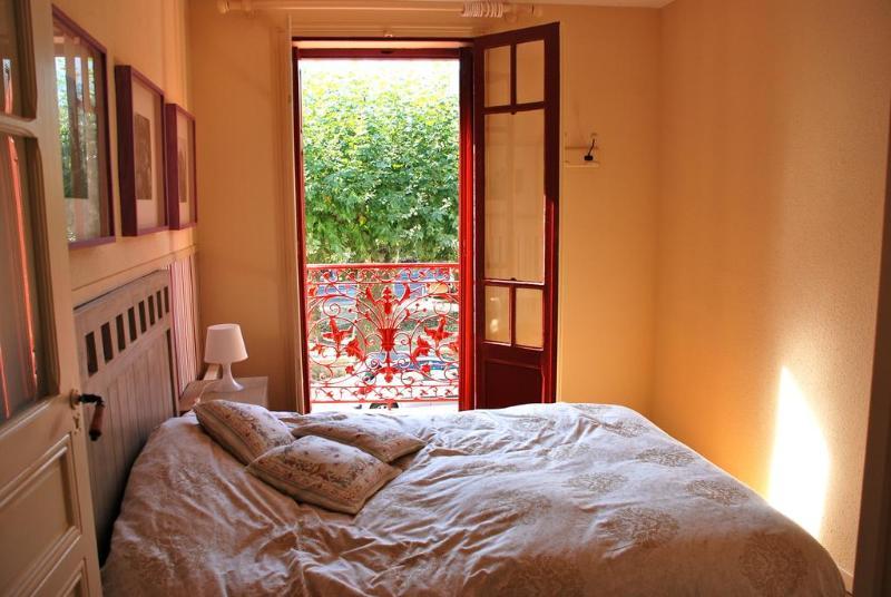 Dos dormitorios con vistas a la plaza y mucho sol.