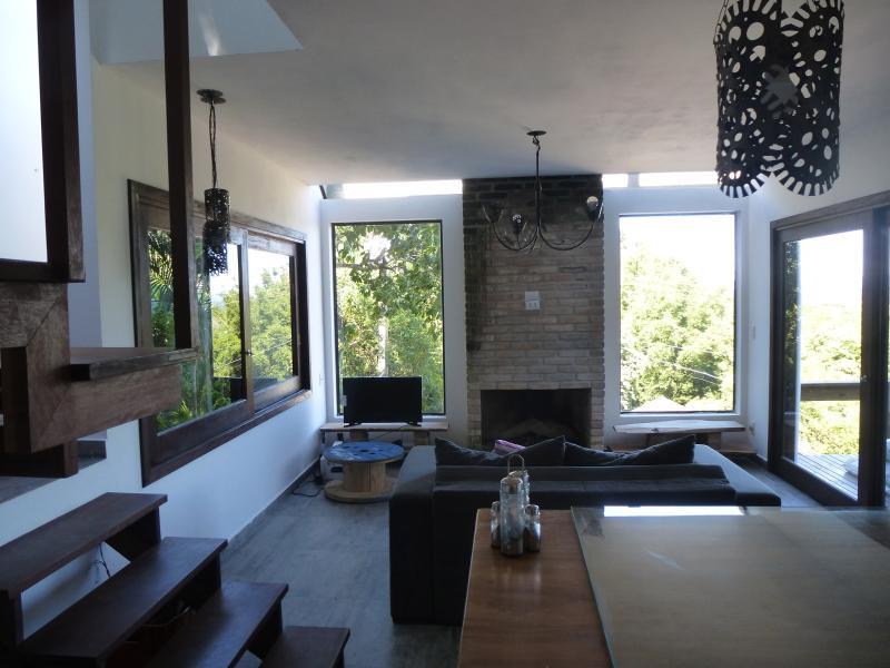 A sala está integrada com a cozinha com um sofá cama, lareira e televisão. Traga filmes no USB.