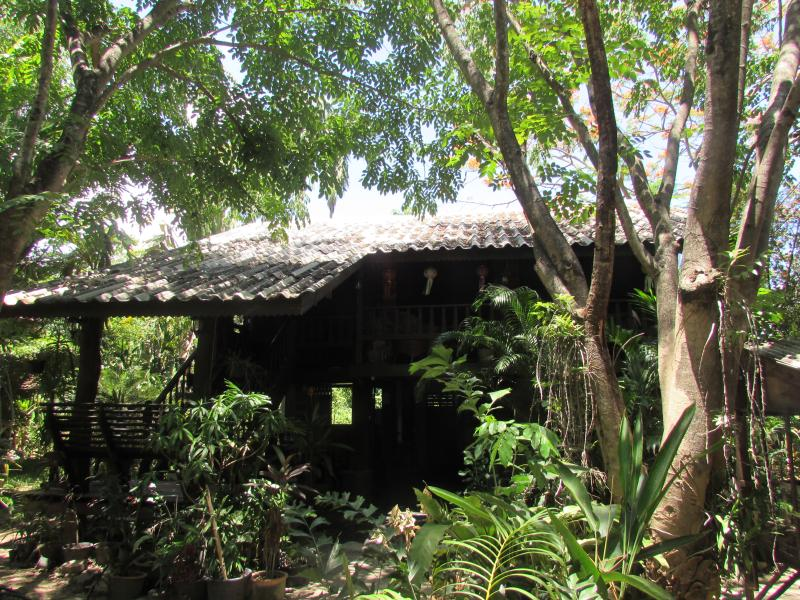 guest house in the trees, alquiler de vacaciones en Ban Pong