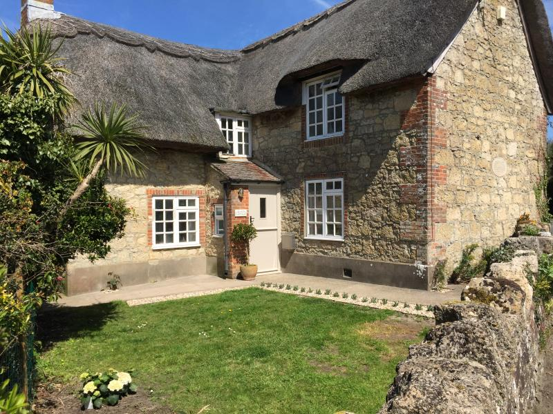 Lovely Grade II Listed Thatched Village House, vacation rental in Brighstone