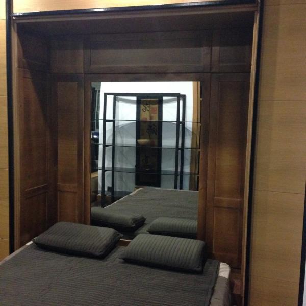 Interior de la cama, con madera de bambú prensada, espejo.