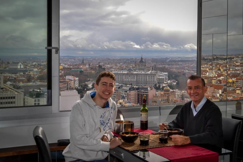 Christian Kausel, el fotógrafo y José Vázquez, propietario, comida después de la sesión fotográfica.