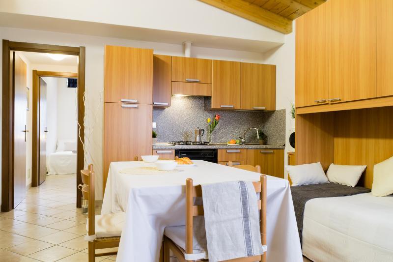 Cucina arredata ed attrezzata - soggiorno