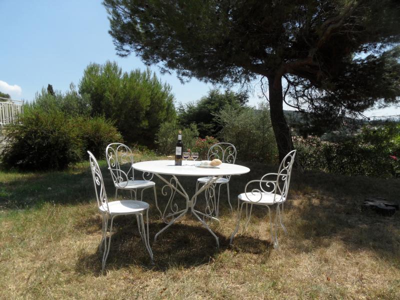 Salon d'été dans le jardin face à la Villa