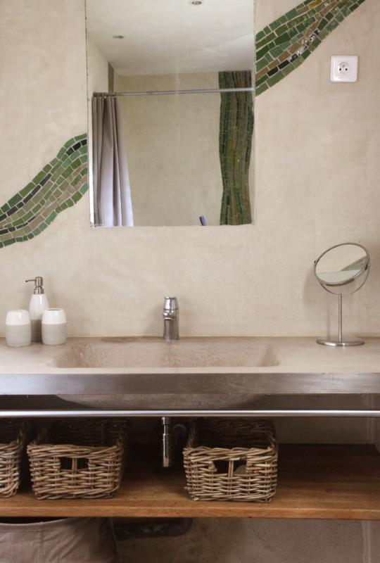 Salle d'eau avec douche à l'italienne, dans un style original avec mosaïque et tadelakt