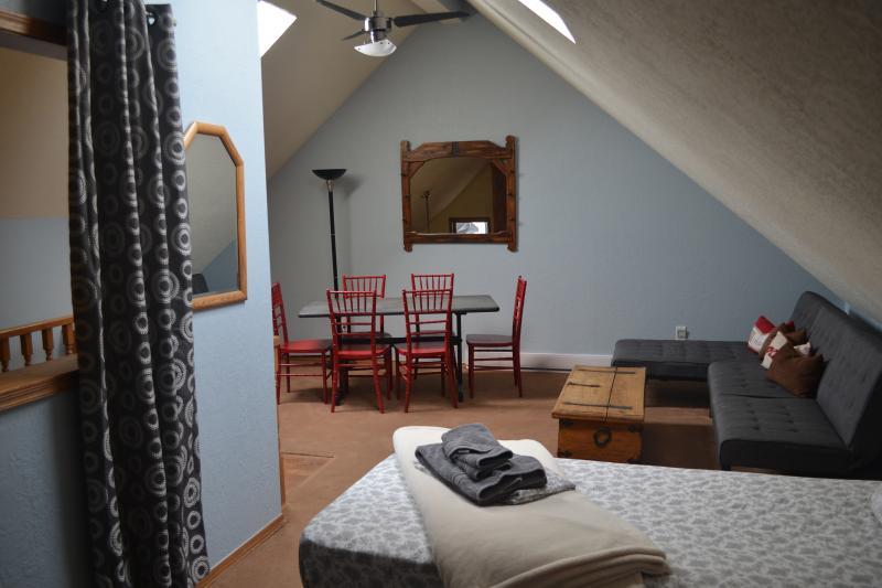 Loft # 1 met 2 aparte bedden, futon en een lounge chaise, speeltafel