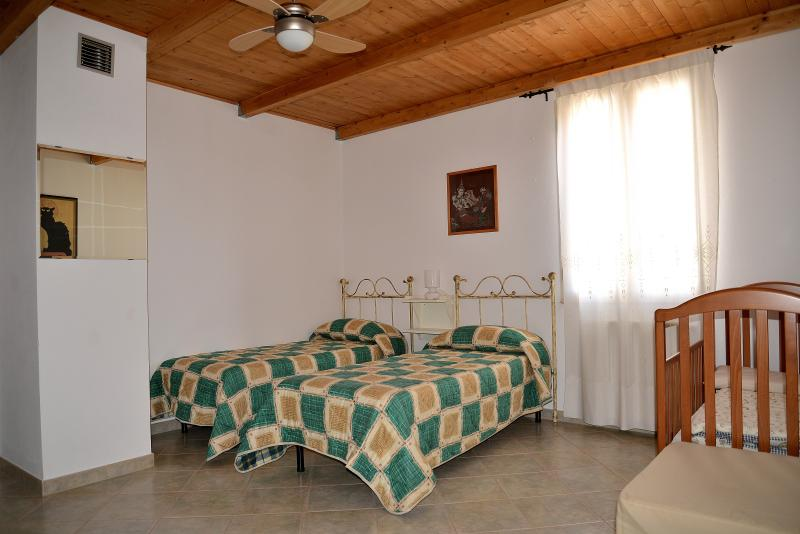 4) Twin bedroom mountin view