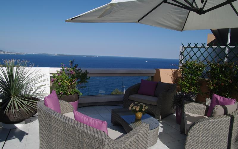 PENTHOUSE APARTMENT OVERLOOKING THE SEA TO CANNES, vacation rental in Cannes