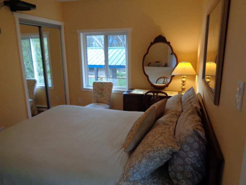 London room with queen bed