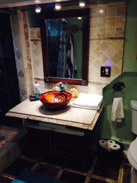 Basement-level bathroom (adjoins yellow queen bedroom)