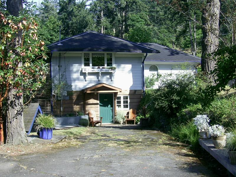 driveway view of the guest house.