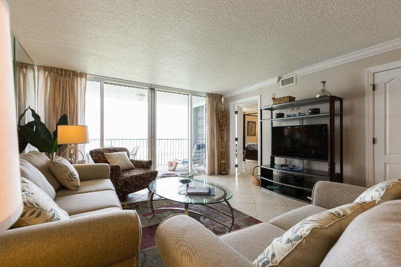 Aqua Waves Condo- Oceanfront & Beautifully Renovated. Includes free beach setup, holiday rental in Destin