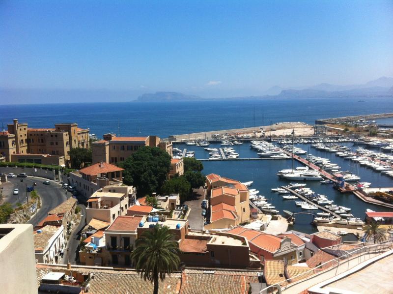 Stunning view apartment in Palermo, alquiler de vacaciones en Belmonte Mezzagno