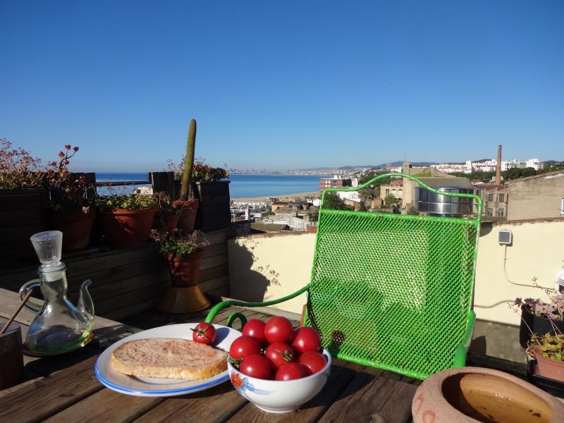 Petit déjeuner catalan sur la terrasse face à la mer