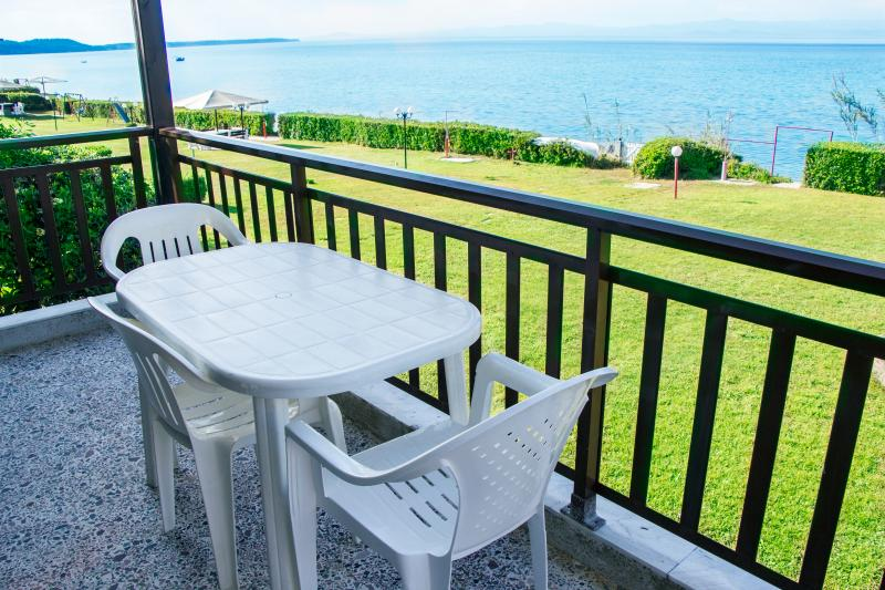Beachfront holiday apartment in Halkidiki-DICHTI 1, vacation rental in Kassandrino