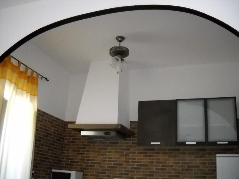 Salón-cocina, con arco.