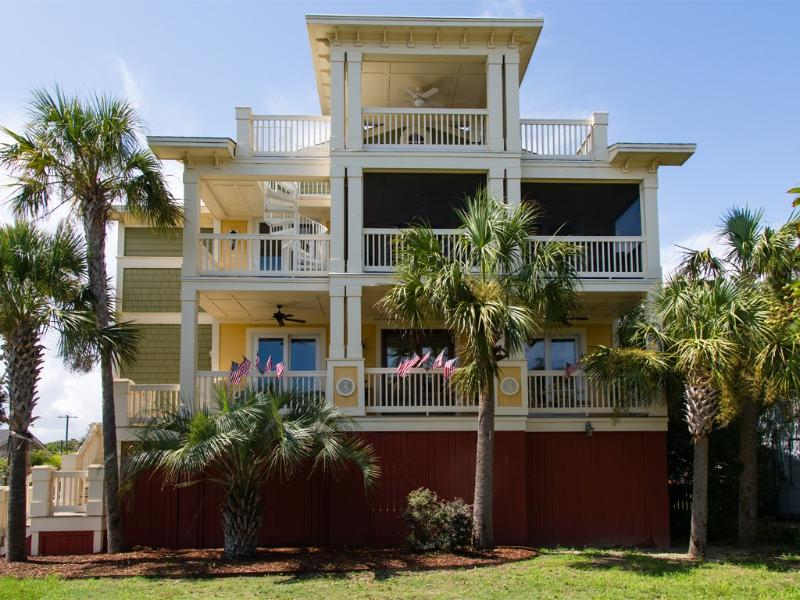 'Ocean's Song' * LUXURY 5BR/6BA HOME, Pool, Elevator * 1 block to beach * 5-STAR, holiday rental in Isle of Palms