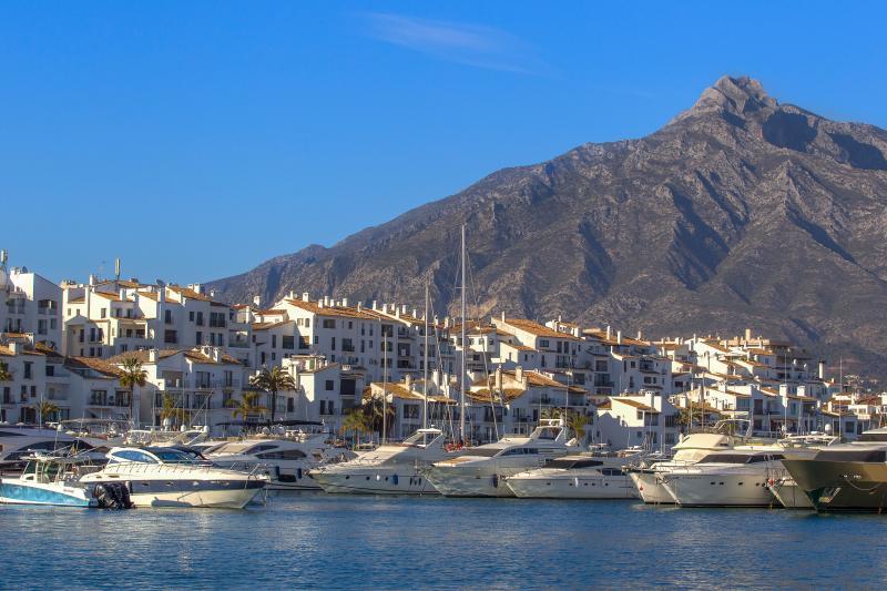La Concha montanha é o pano de fundo para os nossos apartamentos e marina de Puerto Banus.