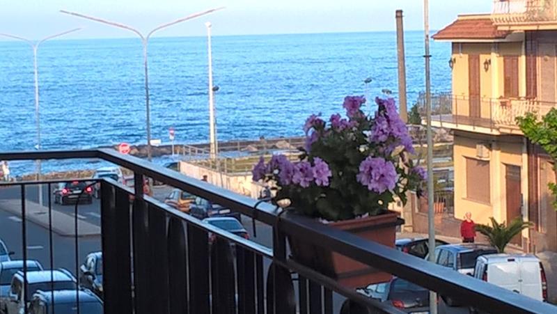 Casa Iolanda 'the scent of the sea' free wifi/parking, alquiler vacacional en Riposto