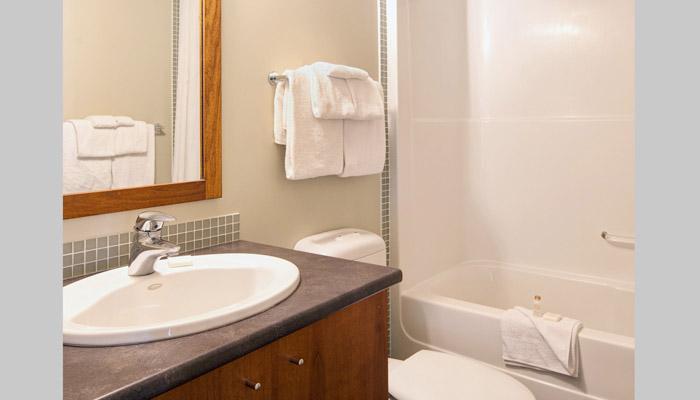 La casa de pueblo tiene dos cuartos de baño - un baño principal y segundo baño completo