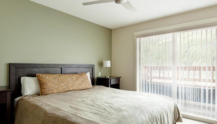 El dormitorio principal tiene una cama king y baño privado